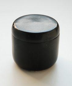 piccola scatola in pietra nera. diametro cm.6,5. h.cm.7.