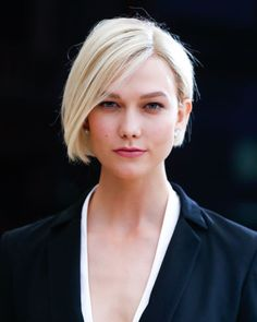 Karlie Kloss joined the bleached blonde bob brigade for the evening's Rei Kawakubo theme. Lob Haircut, Lob Hairstyle, Long Bob Hairstyles, Braided Hairstyles, Wedding Hairstyles, Karlie Kloss, Medium Hair Styles, Curly Hair Styles, Angled Bob Haircuts