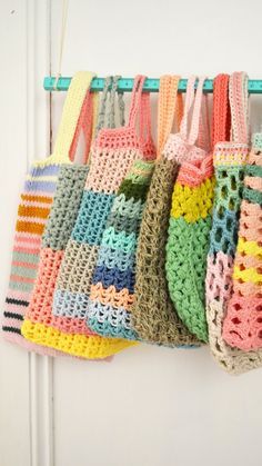 Meestal maak ik dingen in fases, zo heb ik slinger-fases, dan zit ik weer een kussens-breien-fase, ook heb ik  van die dagen dat he... Diy Crochet Bag, Crochet Market Bag, Diy Crochet And Knitting, Tunisian Crochet, Love Crochet, Crochet Crafts, Crochet Projects, Crochet Handbags, Crochet Purses