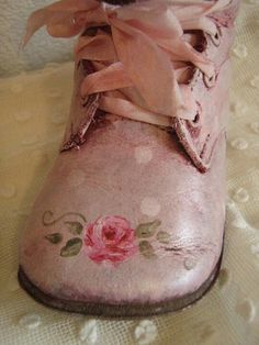 So very sweet shabby chic style hp roses vintage baby shoes Color Magenta, Fuchsia, Pastel Colors, Look Vintage, Vintage Stil, Vintage Pink, Vintage Shoes, Rosa Pink, Estilo Shabby Chic