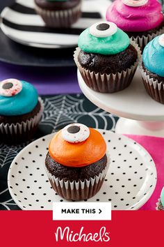 Get out your shiniest cauldron and your eye of newt — Halloween is the perfect time to concoct a dozen of these delicious Mini Eyeball Cupcakes! Wilton® makes it super-easy with the step-by-step instructions below, so take a look and make these terrifying Halloween Goodies, Halloween Snacks, Halloween Cakes, Halloween Party Decor, Holidays Halloween, Halloween Kids, Halloween Favors, Mini Cupcakes, Cupcake Cakes