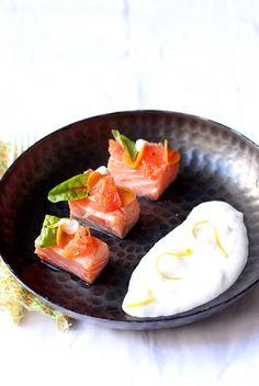 Ce saumon mariné au pamplemousse, carotte pickles et écume d'amande est une recette accord mets-vins qui sublimera du champagne rosé.