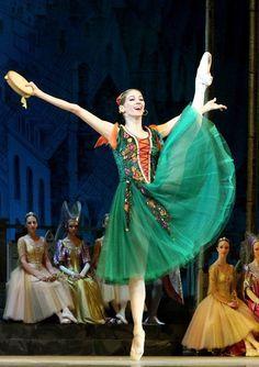 Kremlin Ballet; note: gored skirt; long lined corset bodice. #Ballet_beautie #sur_les_pointes Ballet_beautie, sur les pointes !