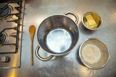 Jak připravit nadýchané odpalované těsto? Jak těsto nespálit dřív, než půjde od trouby? Suroviny pro odpalované těsto: Hrnec s vodou, máslo, mouka se špetkou soli