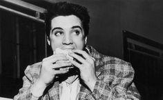 Elvis era o rei do rock, mas quem mandava em sua cozinha era Mary Jenkins Langston, que o atendeu com exclusividade durante 14 anos pilotando o fogão de sua igualmente famosa Graceland. Diferente do que muita gente faz hoje em dia, mesmo com a morte do patrão, em 1977, a chef se manteve fiel à Elvis e não aproveitou a oportunidade para se gabar ou ganhar dinheiro. Poderia ter escrito um livro compilando as preferências gastronômicas e pratos prediletos do músico, mas não o fez. Solícita…