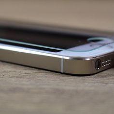 Eine Schutzfolie kann dein iPhone vor Kratzern schützen. Allerdings solltest du bei der Auswahl nicht auf den Preis, sondern auf die Qualität achten. Mit GLAZ ist dein iPhone-Display bestmöglich geschützt.