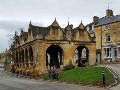 Heart of England Way in the Cotswolds: The market hall at Chipping Campden