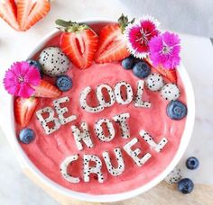 When it comes to our diet, smoothies aren't exactly the first thing that comes to mind when we think about eating healthy. But I'm not talking about chocolate or vanilla smoothies. Breakfast Smoothies, Breakfast Bowls, Fruit Smoothies, Healthy Smoothies, Smoothie Recipes, Healthy Food, Smothie Bowl, Eat The Rainbow, Frozen Banana