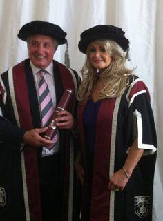 Bonnie Tyler - Gareth Edwards #bonnietyler #thequeenbonnietyler #therockingqueen #rockingqueen #2013 #wales #swansea #swanseauniversity #honorarydegree #garethedwards #music #rock