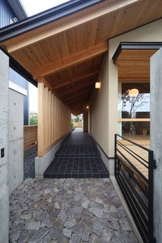 玄関ポーチ: 青木昌則建築研究所が手掛けたアジア家です。