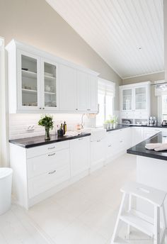 Do You Like Amazing White Kitchen Design Ideas In Your Home? Open Plan Kitchen, New Kitchen, Kitchen Dining, Kitchen Decor, Kitchen Cabinets, Grey Interior Design, Interior Design Kitchen, Beautiful Houses Inside, Küchen Design