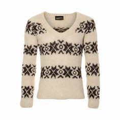 Witte gebreide trui met zwart patroon en V-hals. #breien #trui