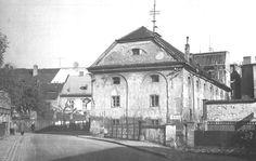 Společně s dalším domem tvořili tzv. Kuttelhof a Kuttelmühl. Dnes v tomto místě stojí panelový dům č.p. 5379  - ČERVENÝ MLÝN Cathedral, Spaces, Building, Travel, Painting, Viajes, Buildings, Painting Art, Cathedrals