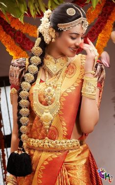 In south Indian wedding the brides prefer to wear heavy jewellery. Here are some beautiful collection of south Indian wedding jewellery set. South Indian Wedding Hairstyles, South Indian Weddings, Indian Hairstyles, Hairstyles Haircuts, South Indian Bridal Jewellery, Indian Bridal Wear, South Indian Makeup, Indian Jewelry, Bridal Silk Saree