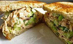 Aprenda a fazer uma deliciosa sanduíche de frango. Ideal para refeições e lanches rápidos, a receita é fácil e rápida de fazer e toda a gente vai adorar.