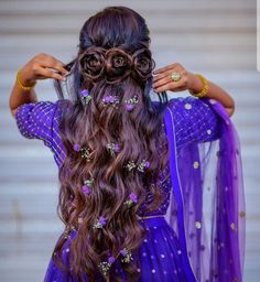 If a regular braid doesnt cut it, what about a Disney princess braid look for your Mehendi Reminds us of Jasmine, aint it.Hair by : ritikahairstylist. dulhaniyaa for Wedding Ideas and Inspirations. Wedding Reception Hairstyles, Bridal Hairstyle Indian Wedding, Bridal Hair Buns, Bridal Braids, Indian Wedding Hairstyles, Bengali Wedding, Bridal Hairdo, Bollywood Wedding, Mehndi Hairstyles