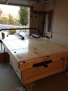 The Table Saw is the center piece of most woodworking shops. Here is a list of the some Amazing Table Saw Outfeed Tables to give you some inspiration. Woodworking Table Saw, Jet Woodworking Tools, Woodworking Shop Layout, Woodworking Projects, Workshop Storage, Home Workshop, Workshop Design, Garage Workshop, Workshop Ideas