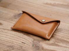 一枚革の名刺入れ(ナチュラル) Leather Card Case, Leather Projects, Leather Accessories, Leather Craft, Sunglasses Case, Crafts, Design, Leather, Cases
