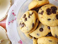 ΜΑΛΑΚΑ ΜΠΙΣΚΟΤΑ ΜΕ ΣΤΑΓΟΝΕΣ ΣΟΚΟΛΑΤΑΣ ΓΑΛΑΚΤΟΣ - Healthy Snaks, Tasty, Yummy Food, Biscotti, Cookie Recipes, Recipies, Muffin, Food And Drink, Easy Meals
