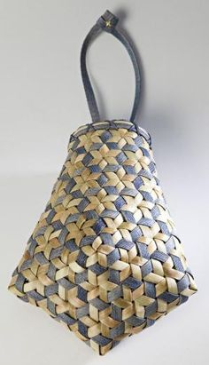Ideas for basket weaving patterns colour Flax Weaving, Bamboo Weaving, Paper Weaving, Weaving Art, Hand Weaving, Basket Weaving Patterns, Making Baskets, Bamboo Art, Pine Needle Baskets