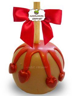 Manzana envuelta de caramelo con capa de chocolate de leche, rociada con tiras de chocolate color rojo, decorada con corazones de azúcar.