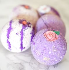 10 DIY to make a bath bomb yourself Diy Beauté, Diy Spa, Homemade Beauty, Homemade Gifts, Foot Detox Soak, Homemade Bath Bombs, Bomb Making, Bath Bomb Recipes, Disney Diy