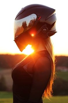 Girl Riding Motorcycle, Womens Motorcycle Helmets, Dirt Bike Girl, Motorbike Girl, Biker Photography, Girl Photography, Biker Chick, Biker Girl, Girl Motorcyclist
