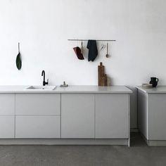 Just quietly sitting back and enjoying this grey minimal kitchen. Image via @wijzijnkees #urbancouturedesigns #minimalkitchen #interiordesign