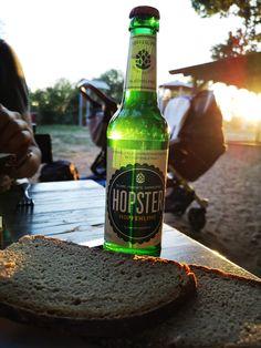 Genieß Deinen Feierabend mit einer Brotzeit und einem kühlen Schluck HOPSTER! Cheers! #hopster #hopfenlimo #hopfen #hoptonic #alkoholfrei Beer Bottle, Cheers, Drinks, Alcohol Free, Drinking, Beverages, Beer Bottles, Drink, Beverage