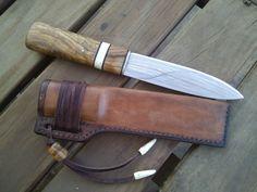 Cuchillo Yakut forjado de una ballesta de todoterreno, encabado en raíz de olivo y cuerno de ciervo pulido y funda en cuello de ternera