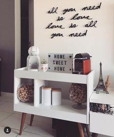 Cantinho do ☕ Madeira tem seu charme. Office Coffee Station, Coffee Station Kitchen, Coffee Bar Home, Coffee Corner, Coffe Table, Coffe Bar, Canto Bar, House Rooms, Decoration