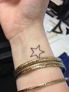 Star Tattoo On Wrist, Small Star Tattoos, Hand Tattoos, Simple Wrist Tattoos, Wrist Tattoos For Women, Small Meaningful Tattoos, Girly Tattoos, Tattoo Designs For Women, Cute Tattoos