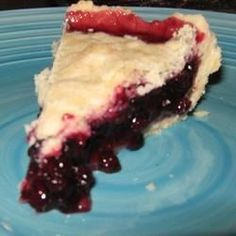 Delicious and easy to make Canadian Auntie& Wild Huckleberry Pie recipe with detailed step by step description and photos. Köstliche Desserts, Dessert Drinks, Delicious Desserts, Dessert Recipes, Yummy Food, Cupcake Recipes, Pie Recipes, Cooking Recipes, Cooking Ideas