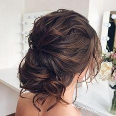 Современный романтичный низкий пучок на тёмных волосах. Romantic messy bridal hairstyle