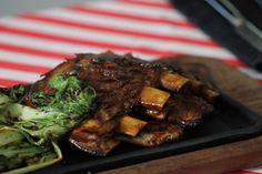 Ribs de cerdo con salsa barbacoa casera y pack choi