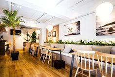 出来るだけ農薬を使わず家族が安心して食べられる野菜作りをしている農家を厳選し素材を重視したハワイアン料理を提供するカフェそんなお店のコンセプトに合わせた、素材感を大切にしたお店創りをしました造作のソファは背面を木にしてクッションを並べ、少しラフで自然体な雰囲気に