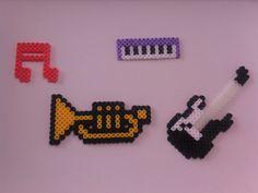 Instrumentos Perler Beads, Perler Bead Art, Fuse Beads, Hama Beads Patterns, Beading Patterns, Sticky Notes, Bead Crafts, Holidays And Events, Pixel Art