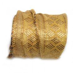Shanti wraps zijn gemaakt van puur zijde sari randen, soms wel 50 jaar oud. Van elke Shanti hebben we er maar maximaal drie, op is op. Het is bijna niet op foto weer te geven hoe mooi en fijn deze sari randen zijn, bovendien dragen ze heerlijk zacht. De armband maakt een mooie ondergrond voor meerdere armbanden, zgn. 'armcandy', maar draagt solo ook prima. Shanti betekent vrede, rust, kalmte en plezier.