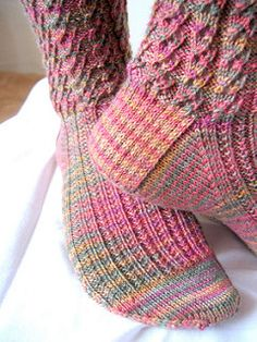 """""""Index"""" socks. Part of the Six-Stitch Patterns section, this stitch pattern picture, chart, and row instructions are shown on page Crochet Quilt, Crochet Socks, Knitted Slippers, Knit Or Crochet, Knit Socks, Knitting Stitches, Knitting Socks, Knitting Patterns, Crochet Patterns"""