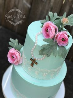 Buttercream cake with lace, pearls, and flower details. First Holy Communion Cake, Confirmation Cakes, Elegant Desserts, Easter Cookies, Egg Shape, Buttercream Cake, Holi, Cake Decorating, Sugar