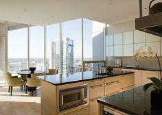 cocina con combinacion a dos colores. Gold Coast Penthouse by Gary Lee Partners