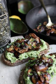 Avocado toast met balsamico champignons - Beaufood Avocado toast with balsamic mushrooms - Beaufood Avocado Toast, Avocado Spread, I Love Food, Good Food, Yummy Food, Healthy Recepies, Healthy Snacks, Pureed Food Recipes, Vegan Recipes
