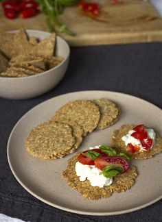Tasty Flax Seed and Almond Cracker Recipe: Full of Omega and Low Carb Seed Crackers Recipe, Flax Seed Crackers, No Carb Recipes, Raw Food Recipes, Vegetarian Recipes, Dessert Recipes, Ground Flax Seed Recipe, Almond Cracker Recipe, Homemade Crackers