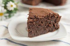 La torta ricotta e cioccolato fondente è un dolce soffice, dalla consistenza pastosa ed ideale anche per i celiaci perchè non contiene glutine. Ecco la ricetta