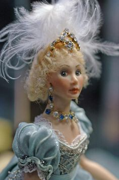 miniature doll by Kathi Mendenhall Miniature Houses, Miniature Dolls, Dollhouse Dolls, Dollhouse Miniatures, Victorian Ladies, Old Dolls, Period Costumes, Historical Costume, Miniture Things