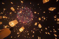 Lanna Dhutanka, Tailandia Miles de faroles se lanzan al aire durante el festival Yi Peng en Lanna Dhutanka, el 25 de octubre.