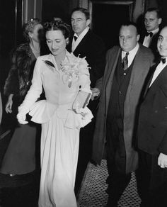 Photographed by Edward Carswell, Vogue, December 1941 The Duchess of Windsor wearing Mainbocher's white crepe dinner suit with white orchids...