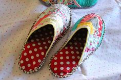 Through the window: Tutorial pantuflas patchwork / Patchwork Slippers Tutorial.make em with wool. Sewing Tutorials, Sewing Crafts, Sewing Projects, Tutorial Patchwork, Quilt Patterns, Sewing Patterns, Organize Fabric, Christmas Tree Design, Fabric Pumpkins