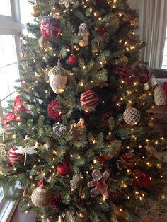 Christmas Tree Decorating Ideas - Woodsy Theme - #woodsychristmas