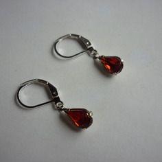 Paire de boucles d'oreilles dormeuses / faux diamant rouge